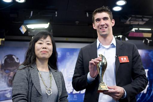 搜狐公司联席总裁兼首席营销官王昕女士(左)为菲尔普斯颁发08大奖