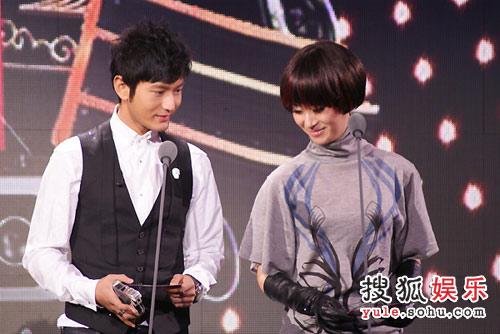 黄晓明和尚雯婕同颁新人奖