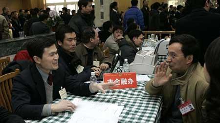 市金融办有关人员接受政协委员咨询。早报记者高剑平图