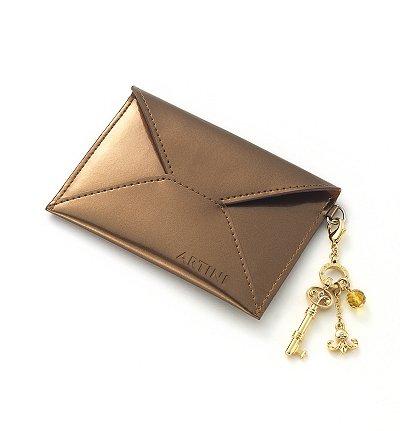 Artini 送赠古铜色卡片套予生日会员。
