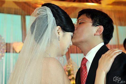 胡耀宇拥吻娇妻