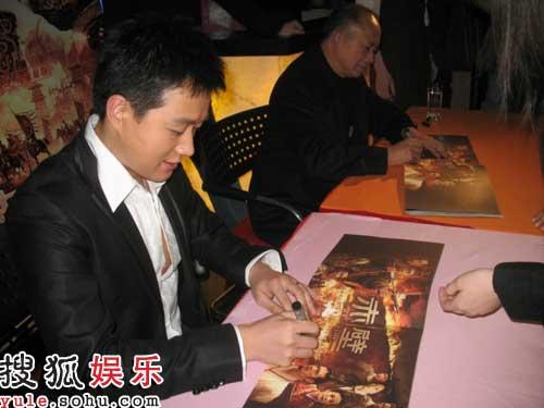 佟大为和吴宇森卖力为观众签售