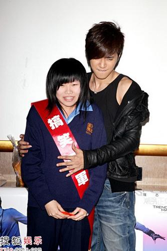 """罗志祥""""搞笑""""K歌赛 冠军少女飙泪初吻献小猪"""