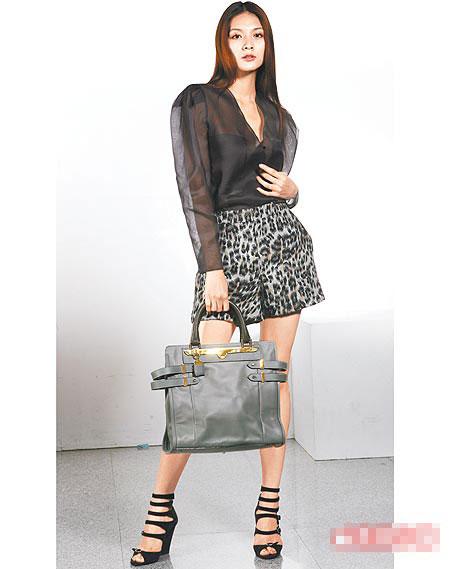 艺人吴亚馨示范Chloe乌干纱上衣、豹纹短裤、Shelby手提包