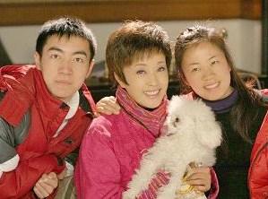 """刘晓庆和""""儿子""""靖然,助理甜甜(此图选自刘晓庆博客)"""