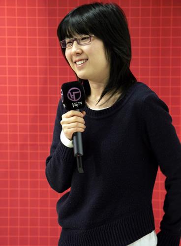 朴志恩接受采访终露笑容