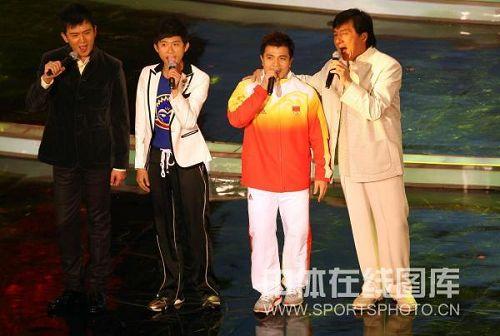 图文:张湘祥录制奥运歌曲 成龙揽张湘祥