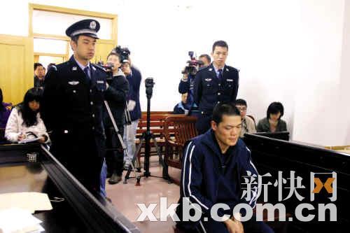 黄新在庭上流下了悔恨的泪水,表示要好好学习法律。海法宣/摄