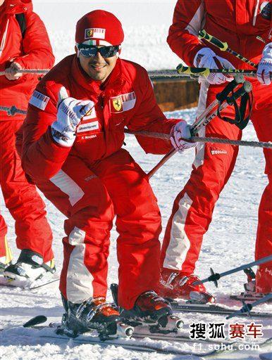 图文:法拉利车手滑雪放松 马萨心情不错