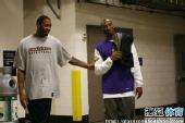 图文:[NBA]火箭VS湖人 麦迪轻抚科比