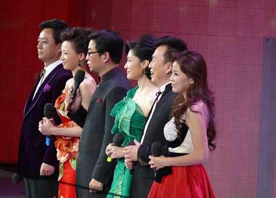 昨日亮相的央视春晚主持人朱军董卿白岩松周涛张泽群和朱迅(左起)