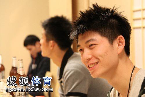 图文:陈金23岁生日会 龚伟杰笑容灿烂