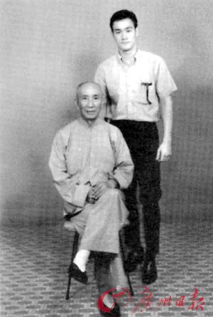 叶问与爱徒李小龙的合影。照片由佛山市博物馆提供,记者龙成通翻拍