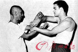 叶问正在教授李小龙咏春拳中的小黏手。照片由佛山市博物馆提供,记者龙成通翻拍