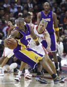 图文:[NBA]火箭不敌湖人 科比在比赛中控球