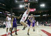图文:[NBA]火箭不敌湖人 姚明在扣篮