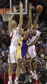 图文:[NBA]火箭不敌湖人 姚明封堵科比