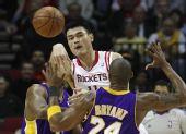 图文:[NBA]火箭不敌湖人 姚明突破传球