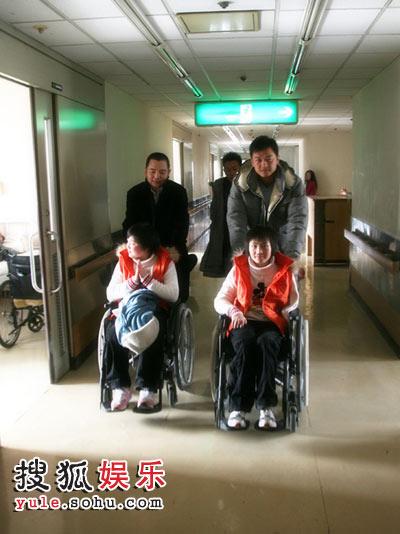李亚鹏与李厚霖感动了地震伤残儿童的心灵