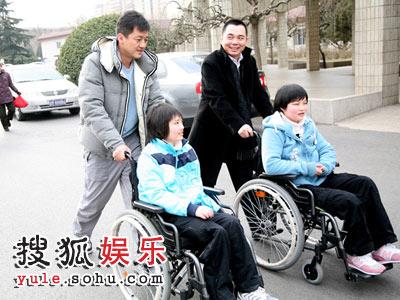 国红基会嫣然天使基金管委会主任李亚鹏看望地震伤残儿童