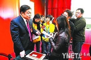 文魁委员回答记者提问 摄影 本报记者 黄亮