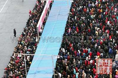 """◎ 1月11日,北京西客站西广场上排满了等待购票的旅客。2009年春运期间,全国旅客发送量将达到23.2亿人次,比上年春运增长3.5%,春运""""一票难求""""的问题仍突出。"""