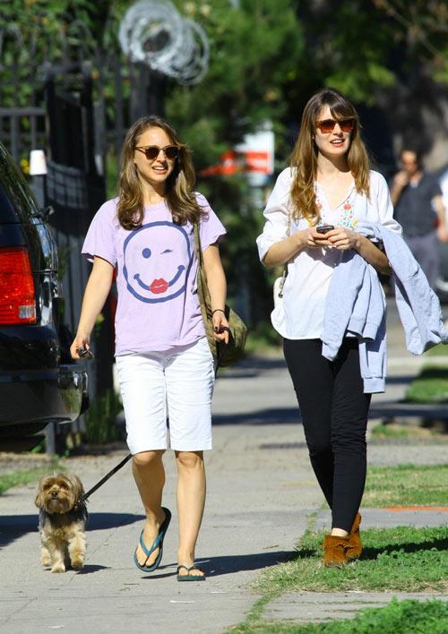 娜塔莉-波特曼带着她的宠物狗与友人在洛杉矶的街头散步