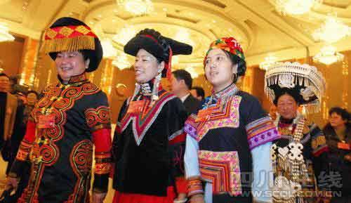 少数民族代表步入大会会场。