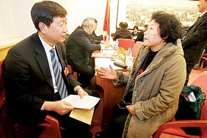 池强(左)在政务咨询会上解答委员的问题 摄/记者曹博远