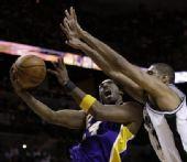 图文:[NBA]湖人VS马刺 邓肯封盖科比