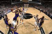 图文:[NBA]湖人VS马刺 邓肯紧盯科比