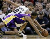 图文:[NBA]湖人VS马刺 邓肯阿里扎抢球