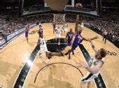 图文:[NBA]湖人VS马刺 阿里扎展翅翱翔
