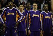 图文:[NBA]湖人VS马刺 孙悦在场边