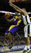 图文:[NBA]湖人VS马刺 科比篮下逞威