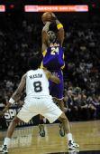 图文:[NBA]湖人VS马刺 科比跳投