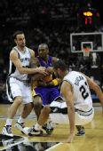 图文:[NBA]湖人VS马刺 科比遭围抢