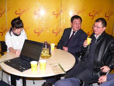 左起:主持人、贾新光、贾可