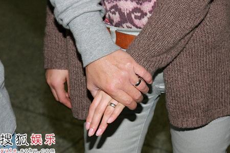 张卫健与爱妻张茜昨天傍晚抵达香港机场