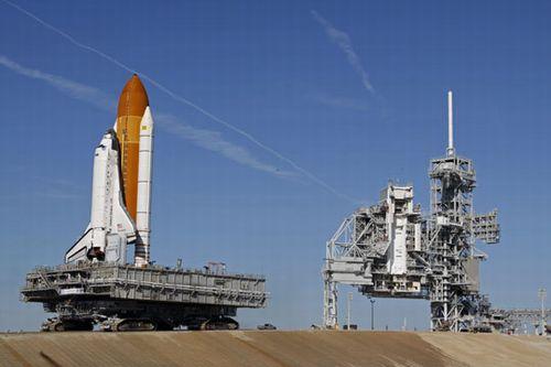 号航天飞机当地时间14日被运上位于佛罗里达州肯尼迪航天中心的发射台