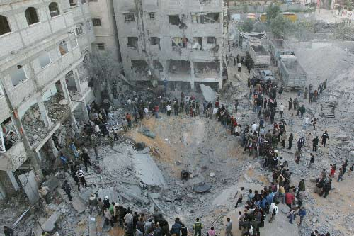 1月15日,巴勒斯坦人聚集在位于加沙城的巴伊斯兰抵抗运动(哈马斯)当局内政部长赛义德·西亚姆兄弟的住宅楼废墟附近。以军F16战机当天向这栋三层住宅楼发射了两枚导弹,将楼房完全炸毁,炸死了哈马斯当局内政部长赛义德·西亚姆、安全部门负责人萨拉赫·阿布·什拉赫和其武装组织领导人穆罕默德·瓦特法赫。 新华社记者纳赛尔摄