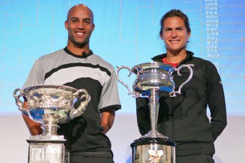 男女代表与奖杯合影