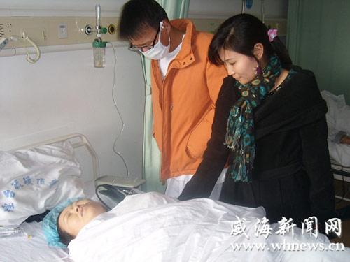 许文哲和张云看望刚做完手术的李春女。(记者 朱筱杰 摄)