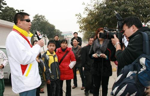 图文:残奥运会冠军走进德阳 李端接受搜狐专访