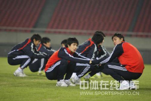 图文:[亚预赛]国足杭州首练 蒿俊闵放松
