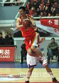 图文:上海主场胜青岛 腾空寻找传球线路