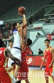 图文:上海主场胜青岛 强行跃起投篮