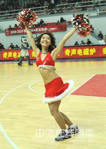 图文:上海主场胜青岛 篮球宝贝现场表演