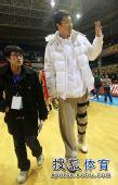 图文:北京男篮主场胜八一 王治郅向观众打招呼