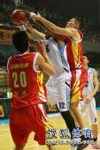 图文:北京男篮主场胜八一 琼斯抢板